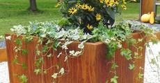 Kleines Hochbeet aus Metall mit Rost Patina und Blumen