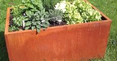 Quadratisches Hochbeet mit Rost Patina und Bepflanzung